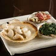 絶妙な火加減で焼き上げられた貝。食感だけでなく、溢れ出す旨みも多種多様です。それをより豊かにするのが生海苔、酒盗、バター醤油など、貝の個性に合わせた組み合わせ。見事な味の相乗効果に酒も進むでしょう。