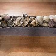 店で調理するのは、すべて生きている貝。例えば毎日アサリとハマグリで出汁を作るのですが、一匹でも悪い貝が混ざれば全体の味が台無しになるのです。そういったものを見逃さないよう、常に気を張り続けています。
