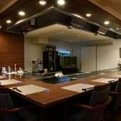 調理風景を間近で見られる、L字型のカウンターは特等席