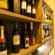 ワインは赤白とも12種類を取り揃え、お酒に合うバラエティに富んだ料理も用意されています。そのほかのドリンク類も充実。日本酒は滋賀県産にこだわっています。3つの飲み放題コースもあり、至福の夜を過ごせそう。