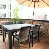 さまざまなシチュエーションに利用できる開放感のあるテラス席