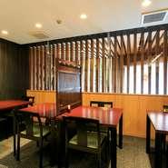 座敷が苦手な外国の方や年配者でもゆったりとくつろげるよう、和室を含む店内のほとんどをテーブル席に。若いカップルやファミリーが気兼ねなく食事を楽しめるテーブル席もあります。