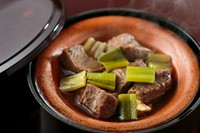 創業当時から受け継がれた自慢の『牛煮込み』。素材のよさに自信があるからこそ、醤油のみで煮込み、ホホ肉の旨みを引き出しています。柔らかく、見ためよりスッキリとした口当たりで、お酒のつまみにも最適な一品。