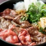 牛鍋の醍醐味は五感でも楽しめる事です。湯気にあおられながら肉が煮えていく様子を眺め、香ばしい匂いをかぎ、グツグツと食べごろを知らせる音を楽しむ。気の置けない人達と囲う鍋ならさらに絶品といえるでしょう。