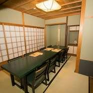 個室は1階と2階にあり、4名~20名まで人数に合わせて利用が可能。お座敷で全席椅子席で、落ち着いた純和風の雰囲気の中で食事ができます。