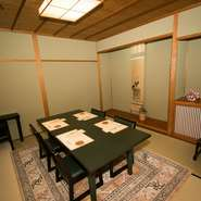 茶道の会合に供する茶懐石の精神から、どの部屋でも落ち着いて食事ができます。瓢箪のコレクションや木彫りの置物など、気持ち和ませるような、飾り物にも注目。