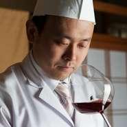 伝統的な懐石に合ったワインを。ソムリエでもある料理人、北野氏自らが買い付けたという厳選ワインは80種類以上。料理とのマリアージュを堪能できる1本を提案してくれます。