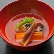 椎茸や人参、ミョウガなどを薄口で味わう、柔らかく優しい味わいの汁物。動物性の食材を一切使わない、精進料理をベースにした逸品です。