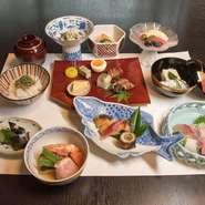 全9品の本格的な懐石コース。季節の移ろいや風情をゆったりと愛でる華やかな料理で、旬の味覚を存分にご賞味ください。
