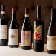 料理とともにこだわりを見せるのはワインのラインナップ。有名のドメイヌのボトルを、ただ集めるのではなく、あくまでシェフの料理にフィットする、つまり丁寧につくられ、個性的なイタリアワインの逸品が並びます。