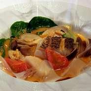 メインの肉料理の前に、魚介の旨みがギュッと詰まったブイヤベースの旨みで味覚を刺激。和の出汁と海老の味噌、マスカルポーネチーズを加えたコクのある特製スープが何とも言えず深い味わいです。