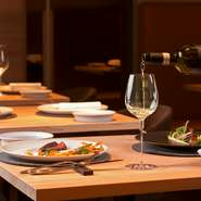 信頼できるスタッフがワインをセレクト。通常のセレクト以外にも、料理に合わせたワインのコース『ワインペアリング』の用意もあります。コースのお料理一皿ごとにぴったりなワインを味わえる嬉しいサービスです。
