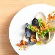 貝出汁の旨みを存分に引き出したひと皿。食感にアクセントをつけるクルトンには、カラスミ、海苔、ドライトマト、そしてルーコラを入れ、味に深みを出しています。