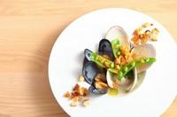 旬の貝の旨みを凝縮させた『貝のズッパ』 (コース料理の一品)