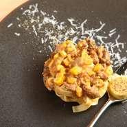 パスタは、自家製手打ちのタリアテッレ。スプーンにのったとうもろこしの甘いムースを鳩のラグーソースに溶かしながら召し上がっていただく、モダンなひと皿です。