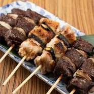 """山形県産の肉や野菜を串焼きにし、庄内浜の藻塩で味付け。""""タレ""""はあえて用意されていません。素材の味を余すことなく愉しめ、シンプルかつ贅沢な串焼きの盛り合わせです。"""