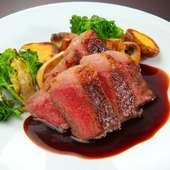 じっくり焼いた肉の旨味がたまらない『熊野牛イチボのグリエ 粒マスタードソース』