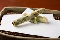 一本の天ぷらで驚きの変化と深みを表現する『アスパラガス』