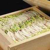 肉と野菜の旨みが折り重なった『沖縄産 やんばる豚と白菜のミルフィーユせいろ蒸し』