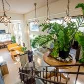 沖縄風の外観の中は、解放感のある明るいカフェを思わせる内装