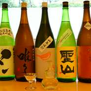 一期一会のさまざまな日本酒と共に過ごす至福の時。定番のラインナップに加え、「新酒」ならではのフレッシュ感や火入れ後のまろやかな味わいを楽しめる「生酒」などその時期限定の銘柄に出合えます。