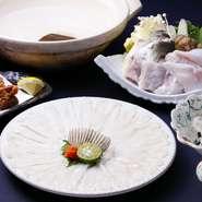 トラ河豚を1本丸々使用。湯引きからはじまり、薄造り、唐揚げ、てっちり、雑炊と豪華なフルコースです。デザートに供される、沖縄食材を使った手づくり羊羹も見逃せません。