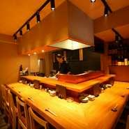 オーナ兼料理長厳選の新鮮なお魚やこだわりの食材から創り出される料理、落ち着いた空間での食事を楽しんでいただけます。