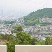 高台にある店からの景色は、山間から市内が一望できる絶景