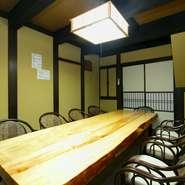 接待や会食にも便利な個室もあり。座敷だけでなく、足を伸ばして座ることができる椅子の部屋もあります。県外からお越しのお客さまをもてなし際には、ぜひ利用したいところです。