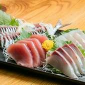 鮮魚店から直接仕入れた新鮮な魚介類