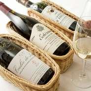 9割がフランスワインだというワインリストは、約200種類。どのワインにするか迷ったら、シェフに相談することも可能です。おすすめは、赤ワインであればブルゴーニュ産。スパイスを使うフレンチによく合います。