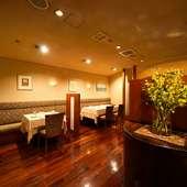 温かみのあるカリン材の床板など、上質な大人の空間が広がる