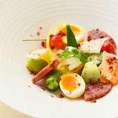 シェフ考案の看板メニュー『丸蟹のビスク カプチーノ風』