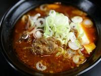 お店オリジナルの逸品。じっくり煮込んだ牛すじはとろけるようにやわらかく、辛みのあるスープがお酒の肴に最適です。