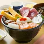 新鮮さと旬の美味しさはやはりシンプルに味わうのがおすすめです。『海鮮丼』や『お刺身盛り合わせ』など魚介メニューも充実。大間の鮪が入荷した時には、海鮮丼にプラス料金でのオーダーもできます。