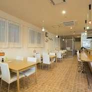定食や丼というメニューを、カフェのようなオシャレな空間で楽しめるお店です。白を基調とした明るい店内は、女性同士のグループにも人気。ランチタイムに料理を満喫する、食事中心の女子会にいかがでしょう。