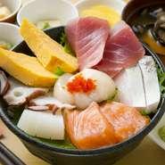 当日の朝に入荷してくる、東北の美味しさをたっぷりと満喫でいるメニューです。青森県産や地物を中心に、7種類ほどを厳選。肉厚さをそのままに大振りにカットされている一番人気のメニューです。