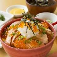 炙ることで、より一層脂の乗りが抜群になり、とろけるような味わいが広がります。さっぱりとした大根おろしが仕上げのアクセントに。小鉢やしじみの味噌汁も付いてくるお得な定食もおすすめ。