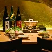 ゆったりと落ち着いて食事や会話が楽しめる大人のデートができるようにと、内装からこだわりをもっています。日本酒をのみながらカウンター席で極上の時間を楽しめます。