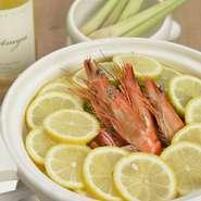 ぷりぷりの海老をシンプルな味で仕上げるオリジナル鍋料理です。レモンの香りが漂い、運ばれてきた鍋にふんだんなく入っている塩レモンの量。召し上がっていただくと期待以上の旨みを感じていただける一品です。