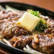 厳選されたアンガス牛ロース肉を、肉の旨味を存分に味わえるステーキで。ソースは玉葱をすりおろした、オニオンソースを合わせています。ジューシーな肉の旨味を存分に堪能できます。