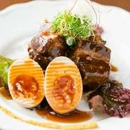 美味しい料理を、目でも楽しめる盛り付けで提供されています。写真は『特製豚の角煮』ですが、まるでフランス料理のような美しい盛り付け。丁寧な接客と共に、目で舌で楽しめる料理が人気を呼んでいます。