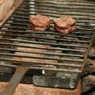 外は香ばしく中は柔らかく仕上がるため、多くの客人から好評を得ています。遠火の弱火にて、ゆっくりゆっくり塊肉を焼き上げて。肉の種類に合わせ、火の入れ方や時間などに徹底的にこだわります。
