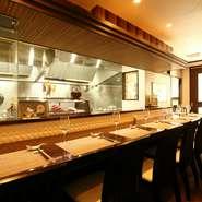 「中国料理はかしこまって食べる物ではない」という考えからアットホームな雰囲気でお客さまを招待する優しい場を作り上げています。カウンターから調理場を眺めて料理人と対話をしながら、食事を五感で楽しめます。