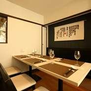 大迫力の調理場を見られるカウンターで、その日のお客さまのために考え抜かれた料理を提供するおもてなし。接待や会食にも喜ばれています。商談内容など必要に応じて活用できる個室(最大10名)のご用意も。