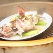 香港では蒸し魚の味が店の評価の決め手といっても過言ではありません。魚の状態に合わせて絶妙の火加減で蒸し上げることによって、旨味を逃がさず最高に美味しい状態に仕上げます。贅沢な香りと味を堪能ください。
