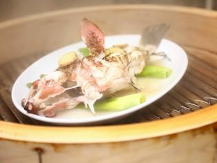 腕が試される!本場香港の海鮮料理の最高峰「天然活魚の姿蒸し」