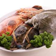 仕入れは、信頼のおける漁師さん・魚屋さん選びから。魚は天然のものにこだわり、淡路産のダントツに美味しいものを。その日の最上の物を最上の状態で用意しています。