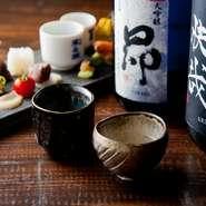 利酒氏がいる店ならではのこだわり「無濾過生原酒」。若く新鮮な味わいが魅力です。全国各地の蔵元に店主自ら出向いて集めた20種類以上の日本酒。吟味して仕入れたものの中には、希少な限定酒も並びまず。