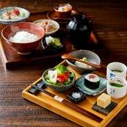 ランチならではの特別メニュー『栄ゐ田膳』。細部にまでこだわった、ひと手間もふた手間もかけた料理をリーズナブルな価格で味わえるのが魅力。ご飯、お味噌汁は、おかわり自由。家族で気軽に訪れてみてはいかが。